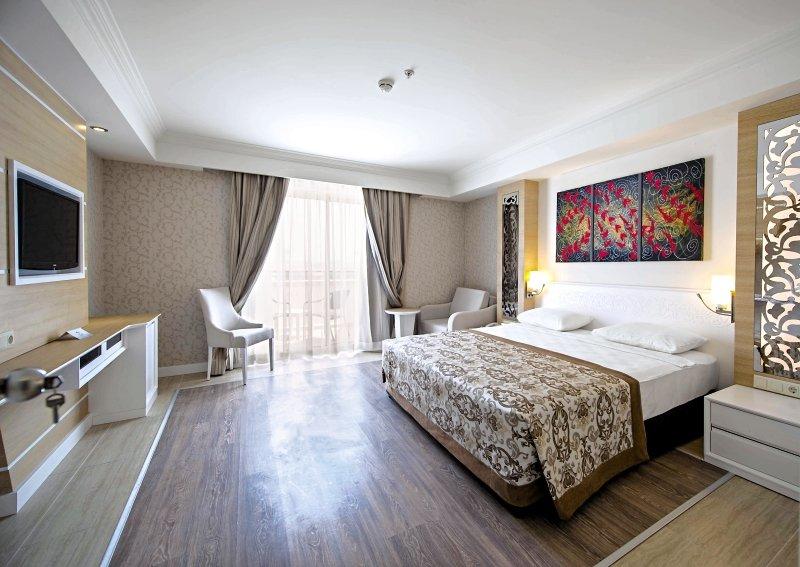 Crystal Sunset Luxury Resort & SpaWohnbeispiel