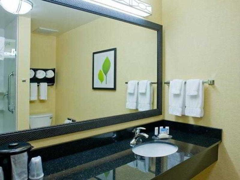 Fairfield Inn & Suites Columbus Badezimmer