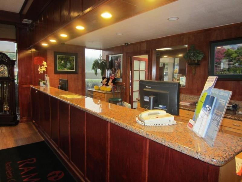 Ramada by Wyndham Anaheim Convention Center Bar