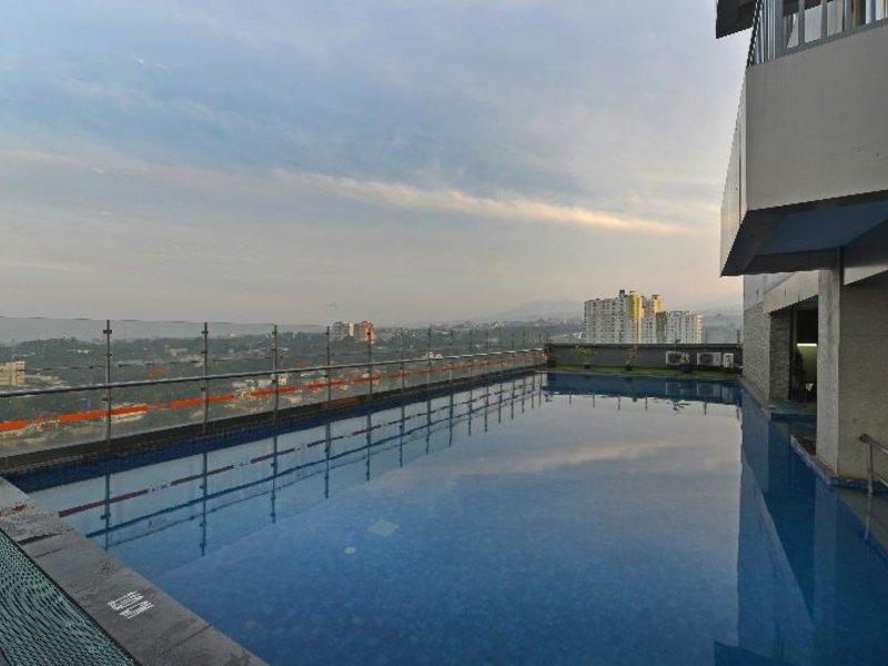 HARRIS Hotel & Convention Ciumbuleuit Bandung Pool