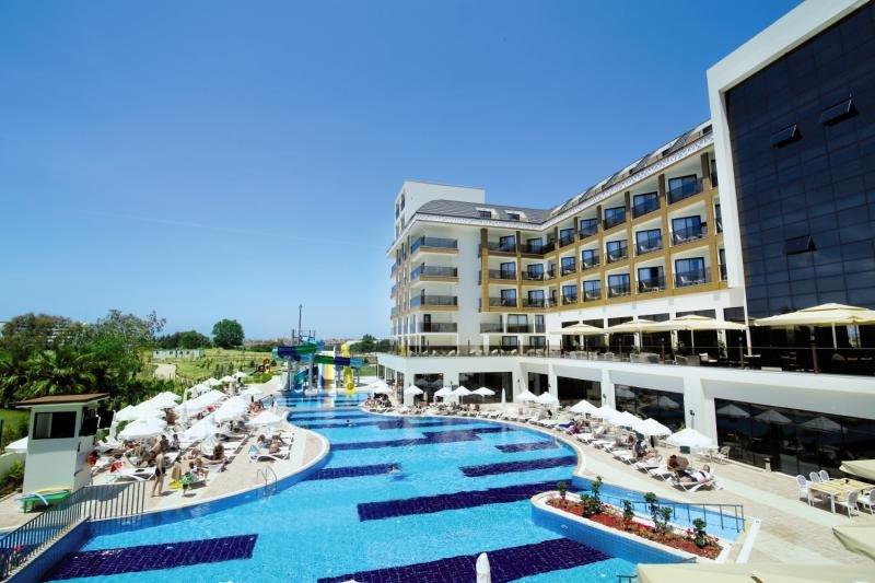 Glamour Resort & Spa Pool
